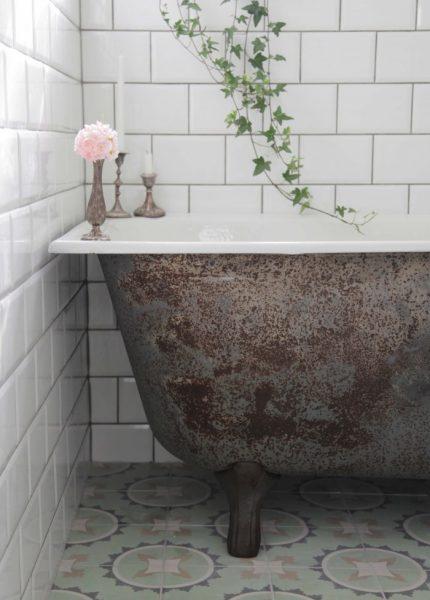 Rostigt badkar bestruket med linolja