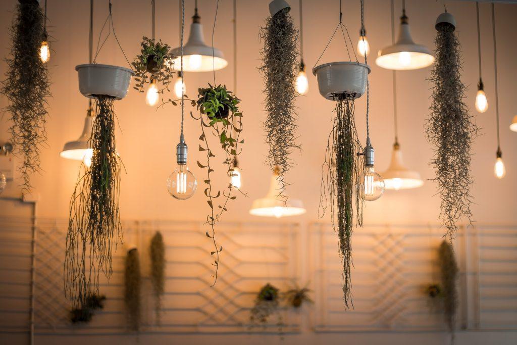 Lampor och belysning ger värme inomhus