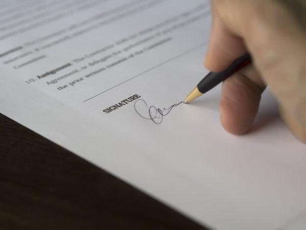 Skriftligt kontrakt på avtalat jobb med snickare, målare eller annan hantverkare