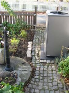 Värmepump på plats i trädgården.