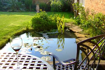 Damm i trädgården ger en exklusiv känsla