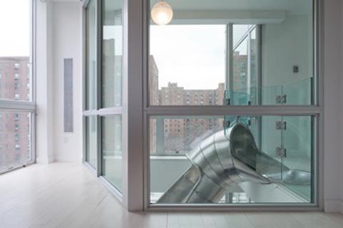 Rutschkanan förbinder två lägenheter.