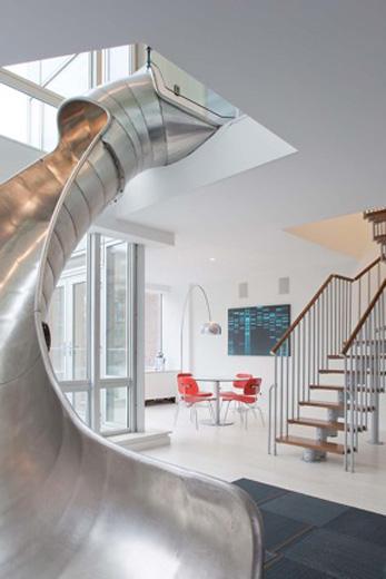 Lägenheten i New York erbjuder både trappa och kana.