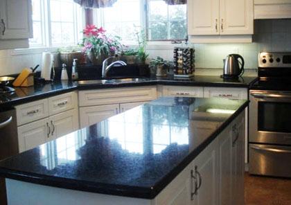 Köksrenovering: En rejäl arbetsbänk lyfter köket