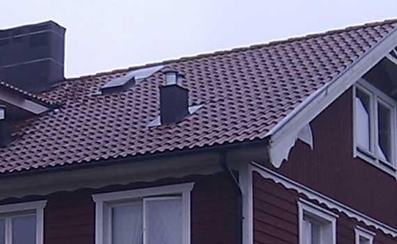 Taket kan skadas av stormar och hårt väder.