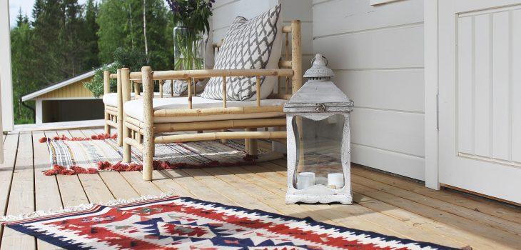 Altan_veranda inredd med matta och lykta
