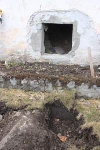 Här förbereds utdragning av avloppsrör till minireningsverk på tomten.