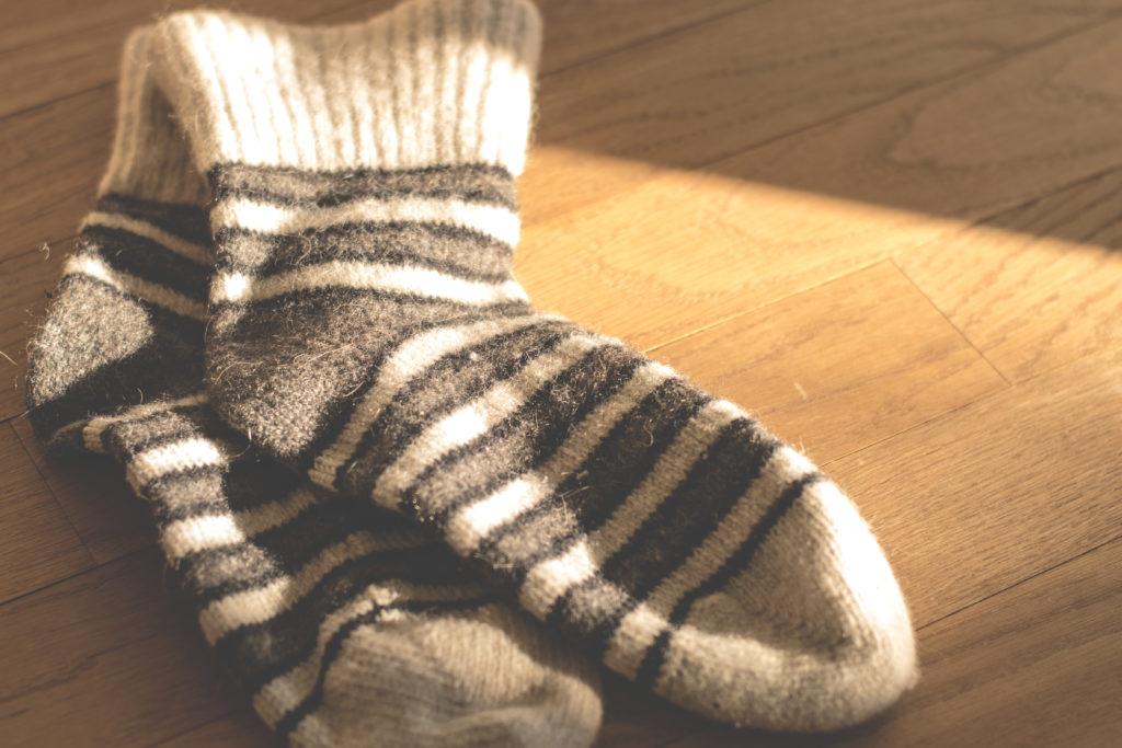 Varma och mysiga strumpor är ett sätt att hålla värmen på