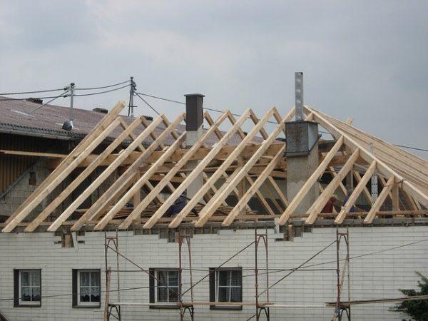 Snabbast går det med fyra väggar som kommer färdigmonterade från fabrik och lyfts på det befintliga huset med kran. Sedan läggs taket. Billigast blir det om du använder dina gamla takpannor.