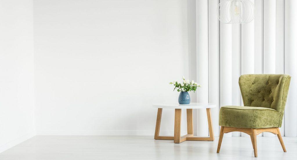 ett modernt vardagsrum med en grön fåtölj