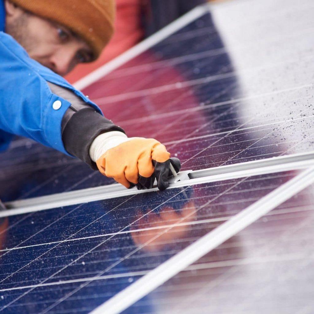Solcellsinstallatör arbetar