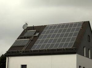 Solceller son är installerade på hustak