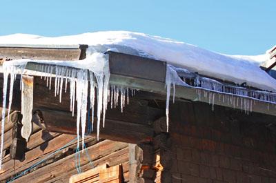Snö och istappar på taket