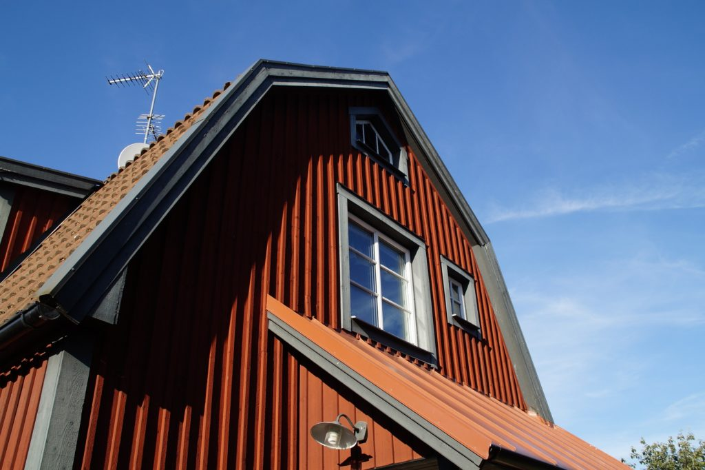 Hus i Vimmerby med fönster i äldre stil med spröjs
