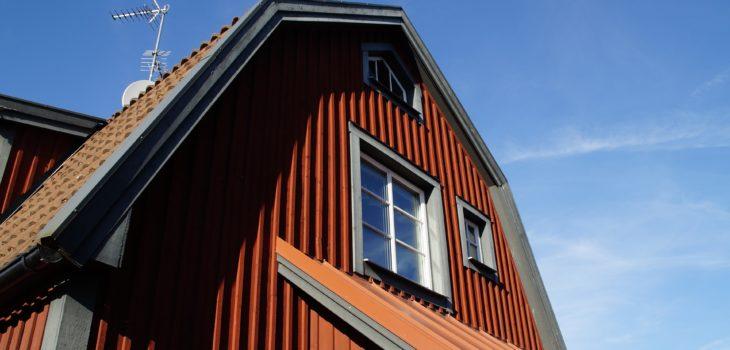 Hus i Vimmerby med fönster i äldre stil